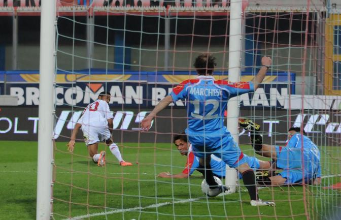Il difensore del Catania Marchese interviene sulla linea sul tiro di Robinho nel corso del match di serie A tra Catania e Milan allo stadio Angelo Massimino (Ansa)