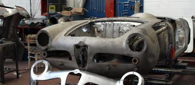 Un'Alfa Romeo d'epoca in officina per il restauro