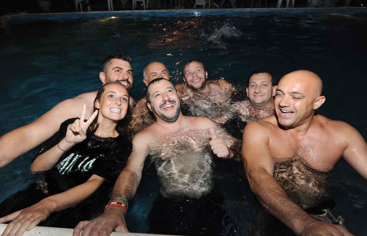 Salvini bagno notturno in piscina  Corriereit