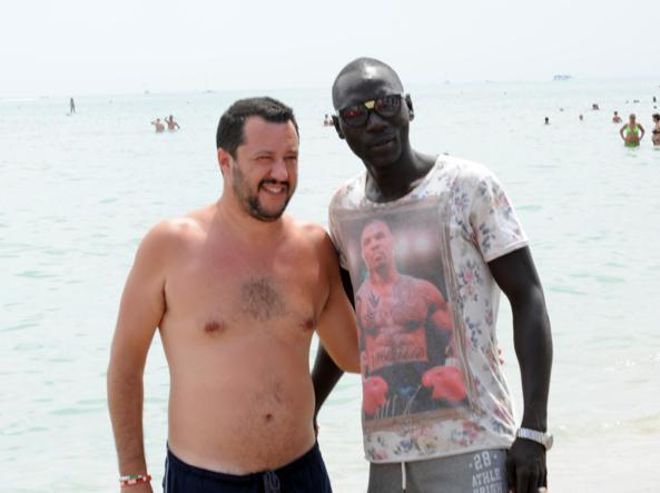 Spiaggia tuffi e torso nudo Salvini e la strategia dell
