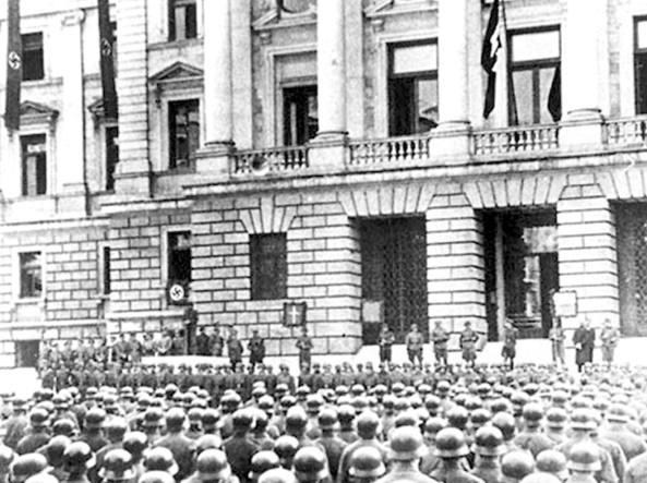 Trieste, cerimonia militare nazista davanti al Palazzo di Giustizia, 1944 (Foto dall'archivio dell'Istituto regionale per la storia del movimento di liberazione nel Friuli Venezia Giulia)