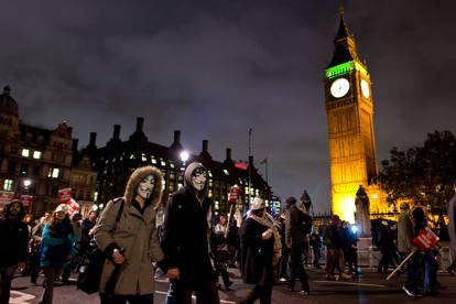 Londra: corteo di Anonymous, 3 agenti feriti e 40 arresti