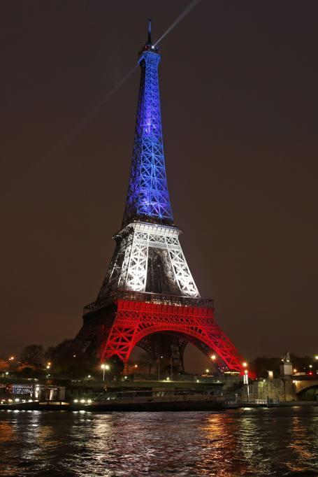 Torre Eifell si riaccende con i colori della bandiera