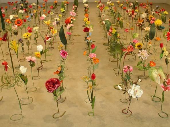 Roland Reiss (Chicago, Usa, 1929), A garden for Sally (2010, installazione realizzata con 375 fiori finti, particolare)