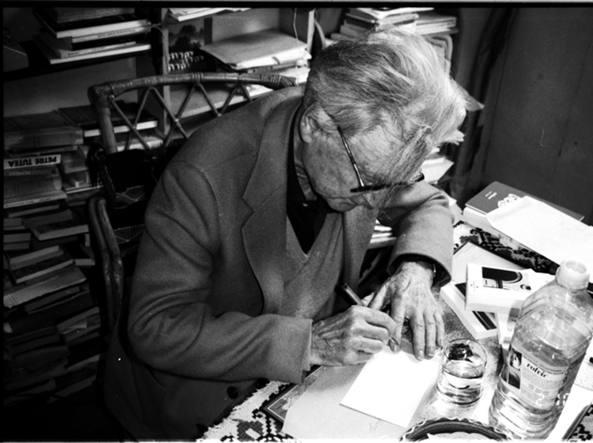 Il filosofo Emil Cioran nel suo studio