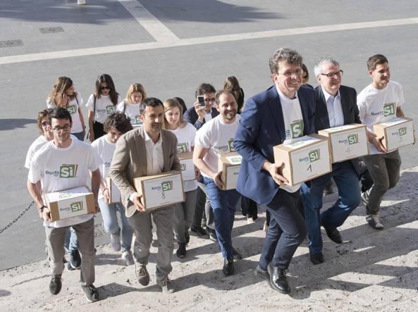 Militanti del comitato del sì consegnano le firma in Cassazione (Ansa)
