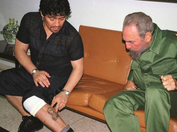 Maradona mostra orgogliosamente il tatuaggio di Fidel a Fidel Castro
