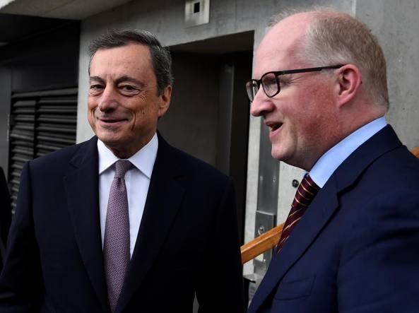 Mario Draghi con il governatore della Banca centrale d'Irlanda Philip Lane al Trinity College di Dublino
