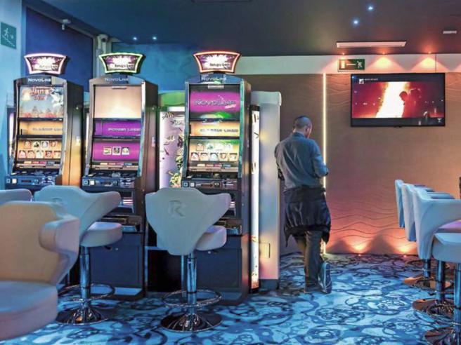 Gioco d'azzardo: nelle sale tra i ludopatici gelosi della loro «slot»
