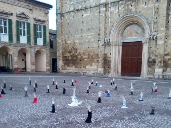 Un'installazione artistica (rimossa) pro migranti accoglie Salvini in Abruzzo