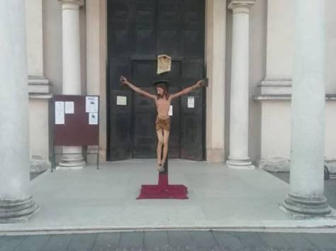 Coronavirus, il parroco di Brescello espone il crocifisso di Don Camillo: «Cristo, ferma l'epidemia»