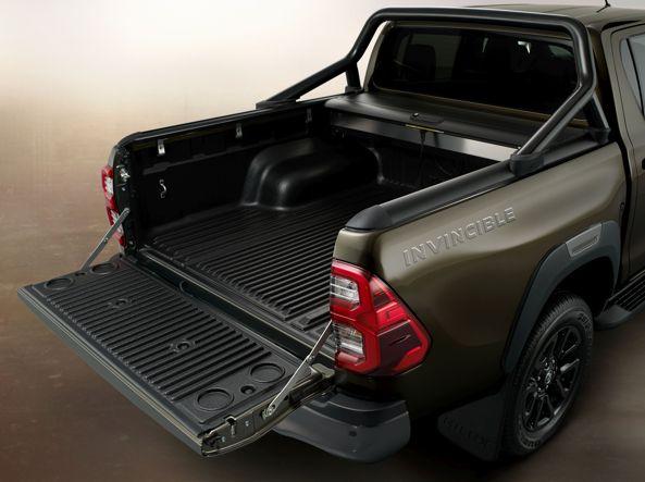 नई टोयोटा हिलक्स पिकअप, डबल कैब, अजेय संस्करण के शरीर का भार डिब्बे 156 सेमी लंबाई और चौड़ाई चौड़ाई 158 सेमी है।