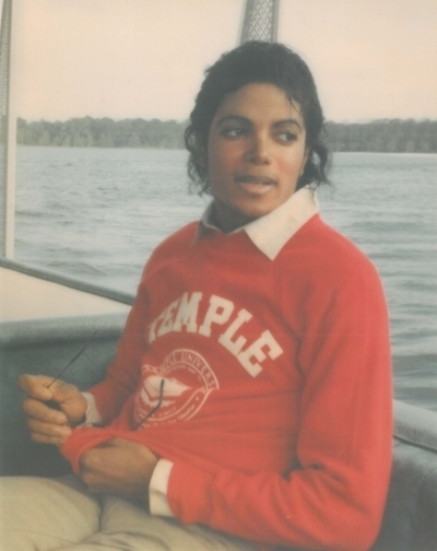 https://i0.wp.com/images2.fanpop.com/image/photos/10700000/MJ-Boat-michael-jackson-10709932-400-504.jpg