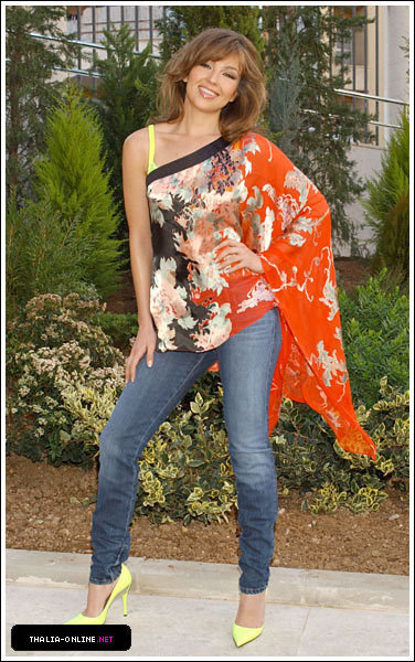 https://i0.wp.com/images2.fanpop.com/image/photos/13000000/Thalia-thalia-13098158-376-600.jpg