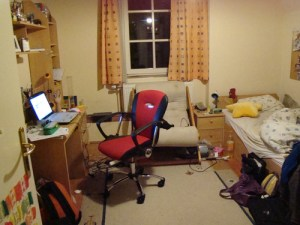 messy lol md fans bedroom background cluttered 1333 1000 fanpop bedrooms gaming boy really toy chair club quiz hording tendencies