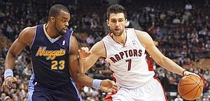 Andrea Bargnani lotta con Shelden Williams. Reuters