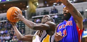 Duello tra Darren Collison (a sinistra) e Chris Wilcox. Reuters