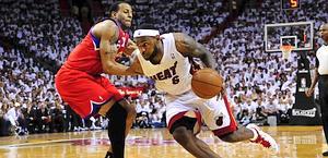 LeBron James supera Andre Iguodala. Reuter