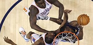 Tony Allen (a destra)  va al tiro pressato da Perkins e Durant. Ap
