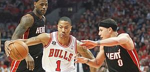 Derrick Rose tra Mike Bibby (a destra) e LeBron James. Reuters