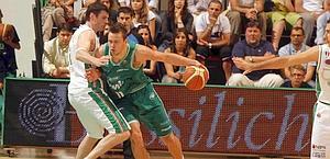 Lavrinovic difende forte su Motiejunas. Ciam/Cast