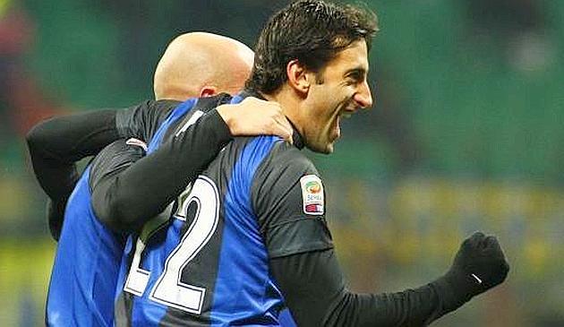 Cambiasso abbraccia Milito dopo il gol al Chievo