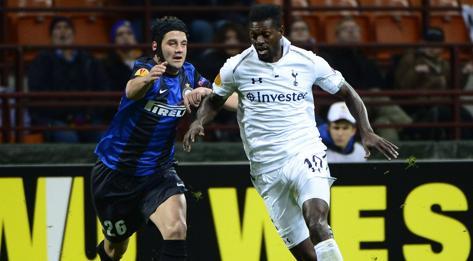 Il duello tra Emmanuel Adebayor e Cristian Chivu. Afp