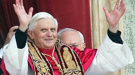 Papa Benedetto XVI, il tedesco Joseph Ratzinger, alla sua prima apparizione sulla Loggia delle benedizioni della Basilica di San Pietro, subito dopo l'elezione. Ansa