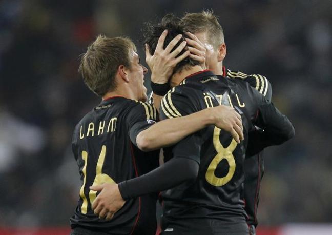 Giovane Germania: Lahm e Schweinsteiger abbracciano l'autore del gol Ozil (GazSport)