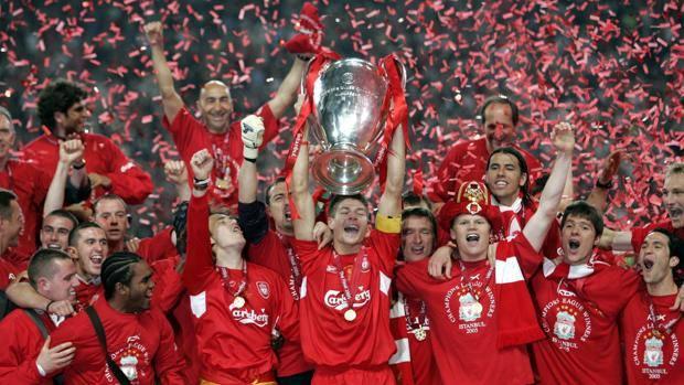 Il capitano del Liverpool Gerrard alza la coppa. Epa