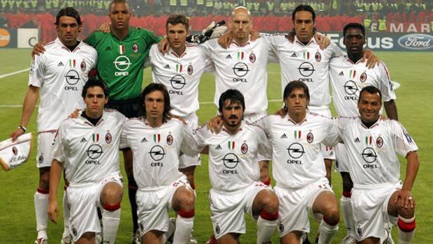 Istanbul, 25 maggio 2005. Ecco il Milan sceso in campo nella finalissima di Champions League contro il Liverpool. In ginocchio, da sinistra: kakà, Pirlo, Gattuso, Crespo, Cafu. In piedi, da sinistra: Maldini, Dida, Shevchenko, Stam, Nesta Seedorf. Afp