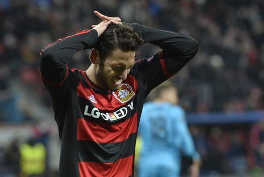 Calhanoglu con le mani tra i capelli: il Bayer Leverkusen è andato davvero vicino all'impresa. Ap