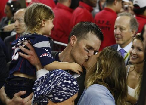 Record anche per Tom Brady che completa 43 passaggi. Nominato Mvp della partita è il primo giocatore di sempre ad aver ottenuto 4 Mvp al Super Bowl e il primo quarterback a vincere 5 titoli. Nella foto con la moglie, la modella brasiliana Gisele Bundchen e la figlia