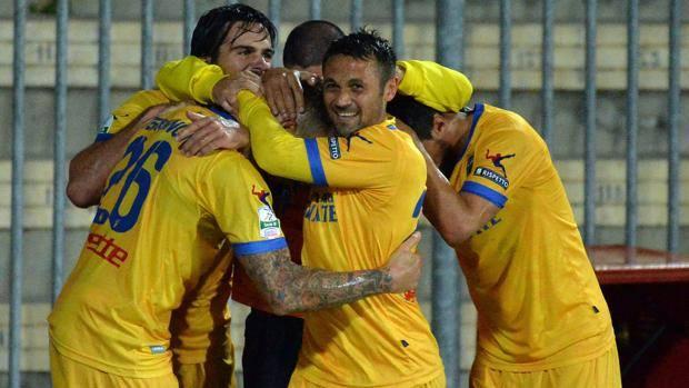 La festa dei giocatori del Frosinone dopo il gol di Terranova al 95'. Lapresse