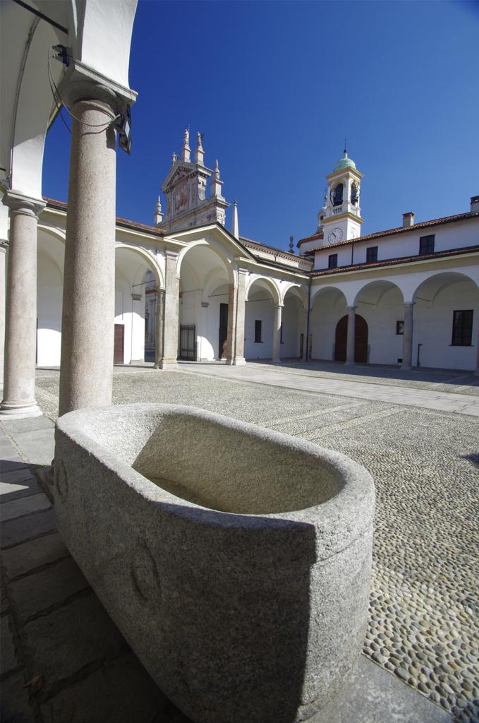 Il cortile della Certosa di Garegnano a Milano