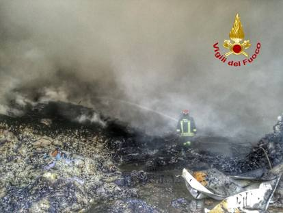 Risultati immagini per Incendio in un deposito di rifiuti a cinisello balsamo