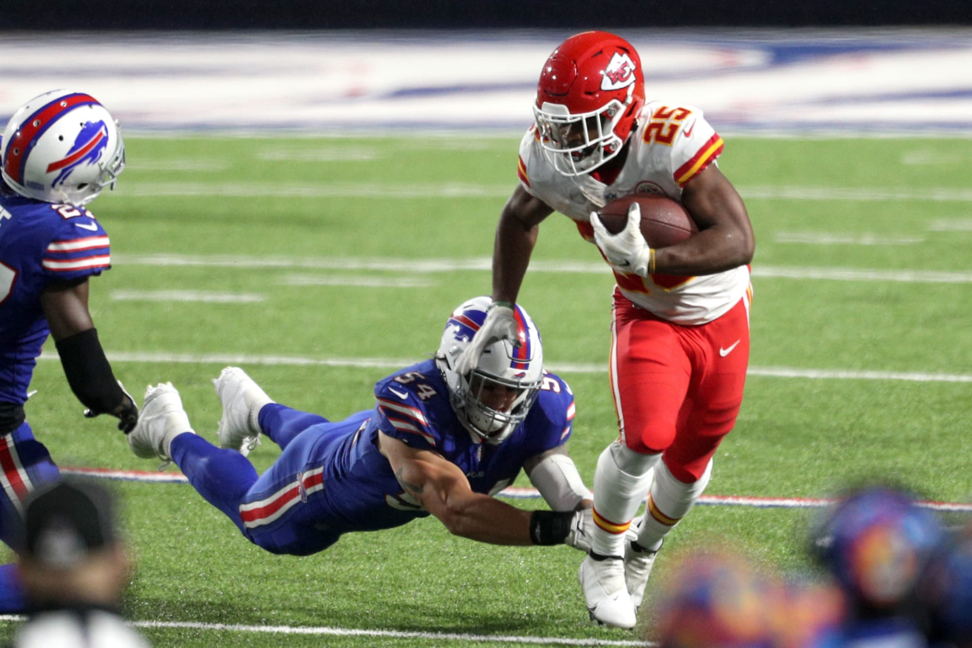 Photo by scott winters/icon sportswire via getty images. Clyde Edwards-Helaire leads Chiefs to road win over Bills