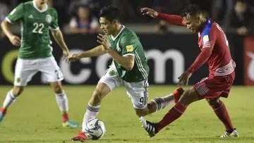 Raúl Jiménez before the mark of a player from Panama.