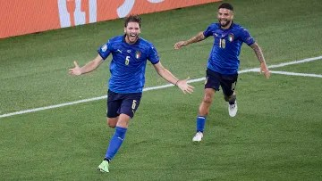Manuel Locatelli and Lorenzo Insigne celebrating an Italy goal
