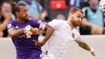 The Portuguese Nani of Orlando City disputing the ball with the Argentine Leonardo González Pirez of Inter Miami.