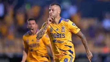 The footballer Nicolás López celebrates a goal with the Tigres UANL.