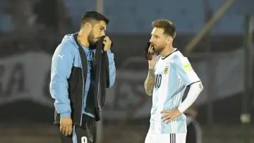 There is a reunion between Suárez and Messi