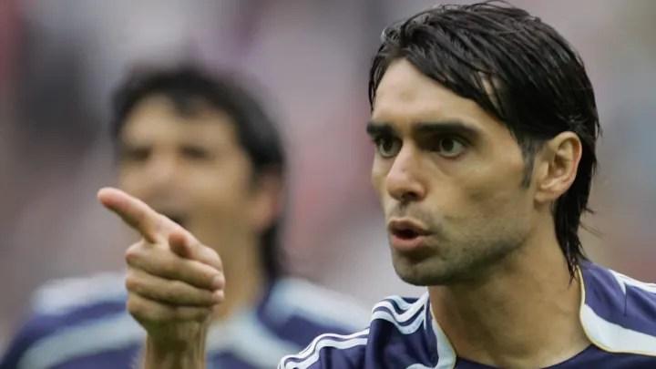 Argentinian defender Roberto Ayala (R) g