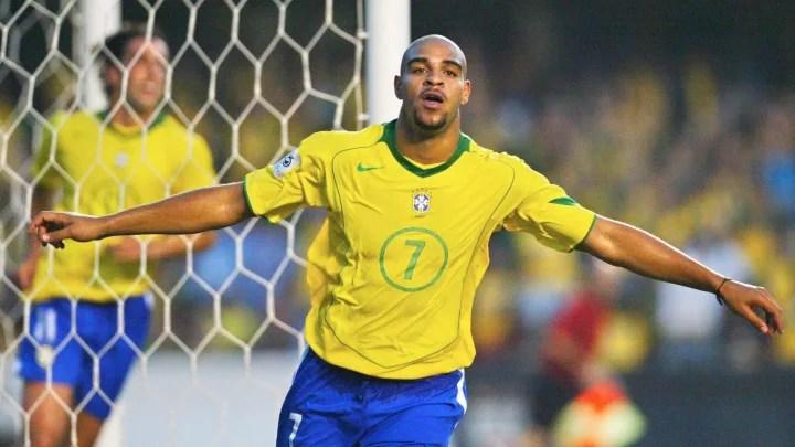 El brasileño Adriano celebra su