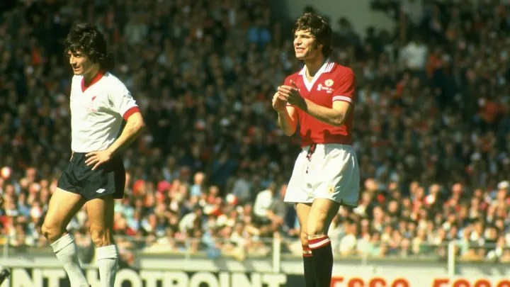 Martin Buchan del Manchester United y Kevin Keegan del Liverpool