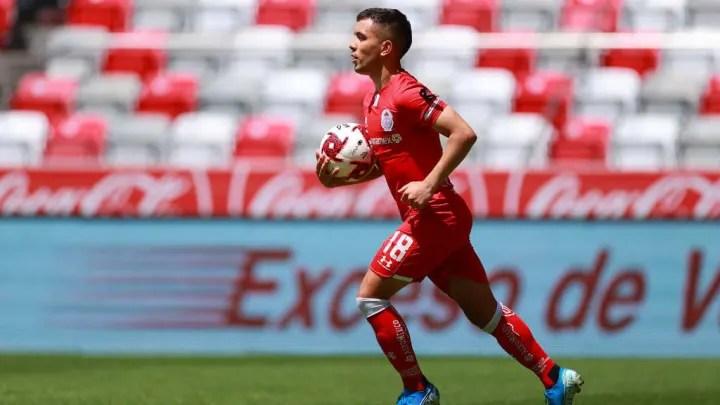 Leonardo Fernández in a match with Toluca