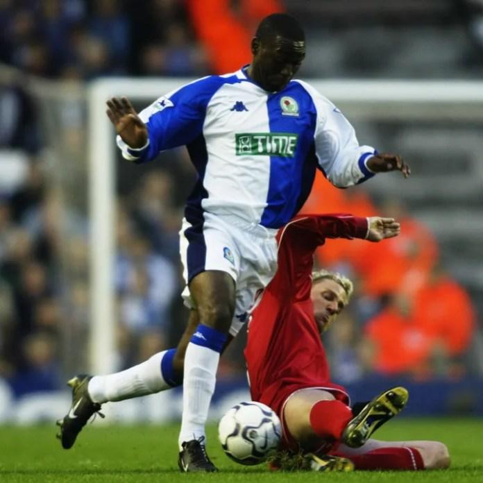 Andy Cole i Blackburn Rovers dhe Stephane Henchoz i Liverpool