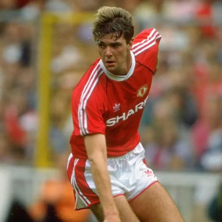 Gary Pallister del Manchester United y John Barnes del Liverpool