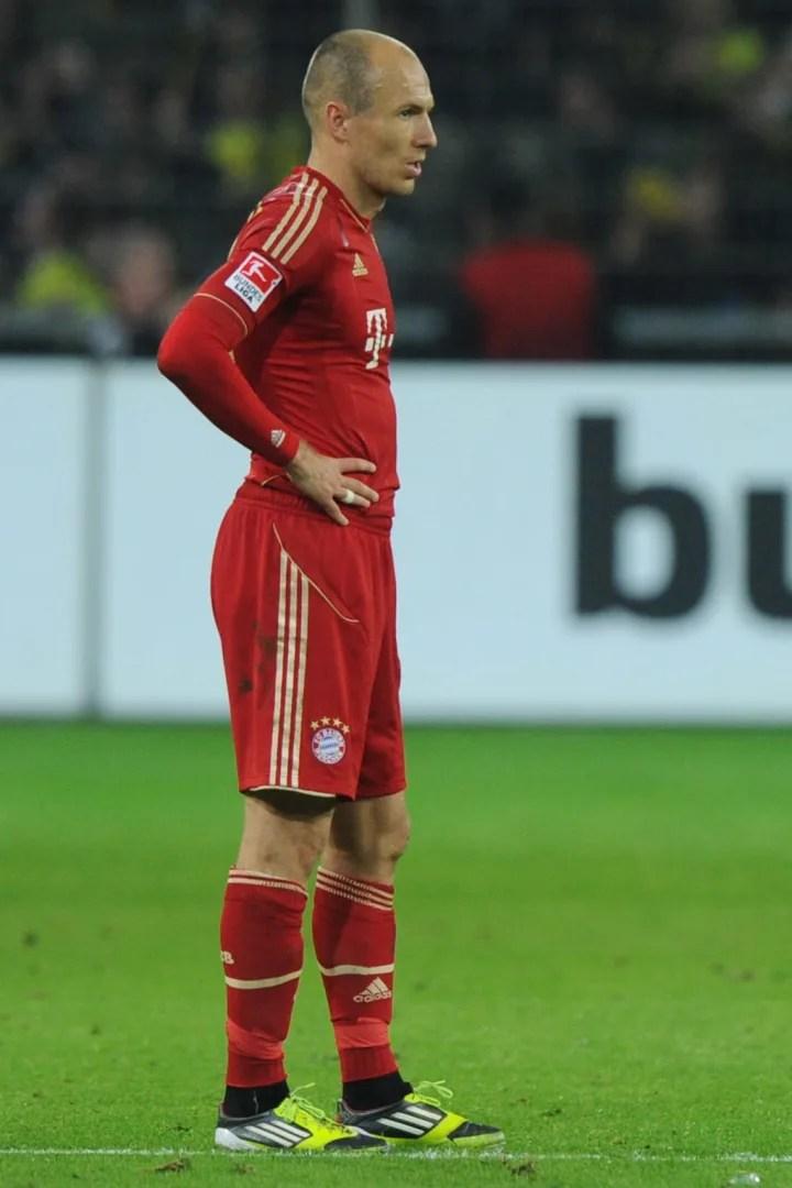 Arjen Robben mira hacia otro lado decepcionado tras la derrota del Bayern