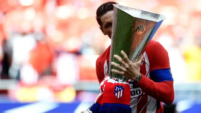 Atletico Madrid's Spanish forward Fernando Torres kisses their Europa League trophy before the Spanish league football match between Club Atletico de Madrid and SD Eibar at the Wanda Metropolitano stadium in Madrid on May 20, 2018. (Photo by GABRIEL BOUYS / AFP) (Photo credit should read GABRIEL BOUYS/AFP/Getty Images)